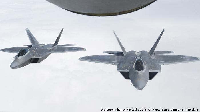 US-geführte Koalition gegen ISIS | F-22 Raptors (picture-alliance/Photoshot/U.S. Air Force/Senior Airman J. A. Hoskins)