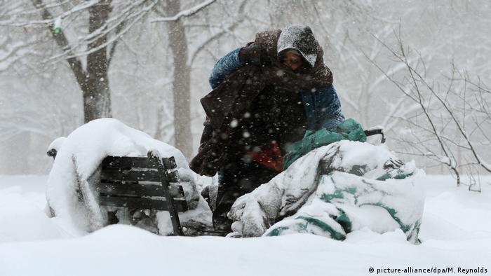 Бездомная женщина в заснеженном парке, Вашингтон, США