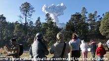 09.12.2018, Mexiko, Puebla: Pilger aus verschiedenen Gemeinden des mexikanischen Staates Puebla beobachten, die Aschenwolken aus dem Crater des Vulkans Popocatepetl steigen. Foto: Omarcontreras/El Universal via ZUMA Wire/dpa +++ dpa-Bildfunk +++ |