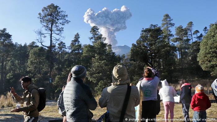 El volcán Popocatépetl, visto desde Puebla. El Popo, o Don Goyo, como lo llama la población local, es un volcán activo.
