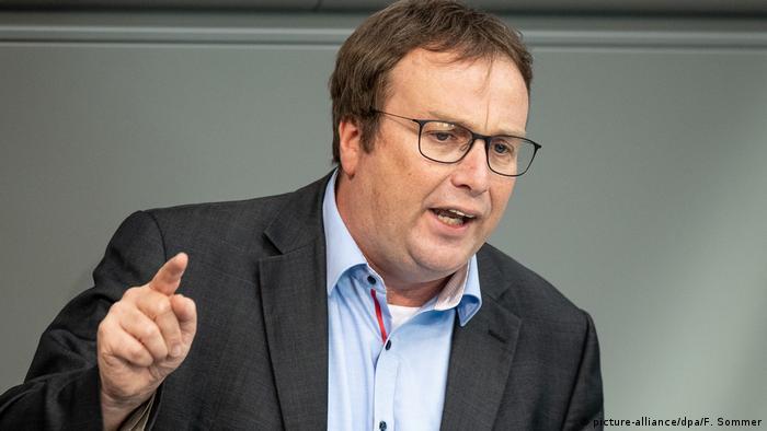 Der Grünen-Politiker Oliver Krischer macht beim Thema Bahn Versagen auch beim Bundesverkehrsministerium aus (Foto: picture-alliance/dpa/F. Sommer)