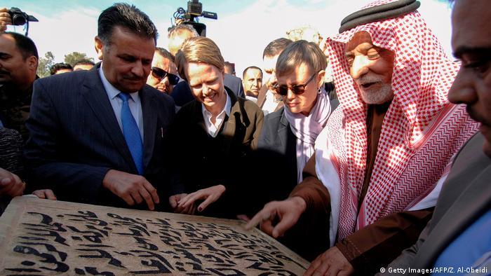 Abdullatif Al-Humaym, der Leiter der sunnitischen Stiftungen im Irak, betrachtet mit anderen Teilnehmern den Moschee-Grundstein (Foto: Getty Images/AFP/Z. Al-Obeidi)
