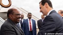 Der syrische Präsident Bashar Assad (rechts) schüttelt dem sudanesischen Präsidenten Omar al-Bashir in Damaskus, Syrien die Hand