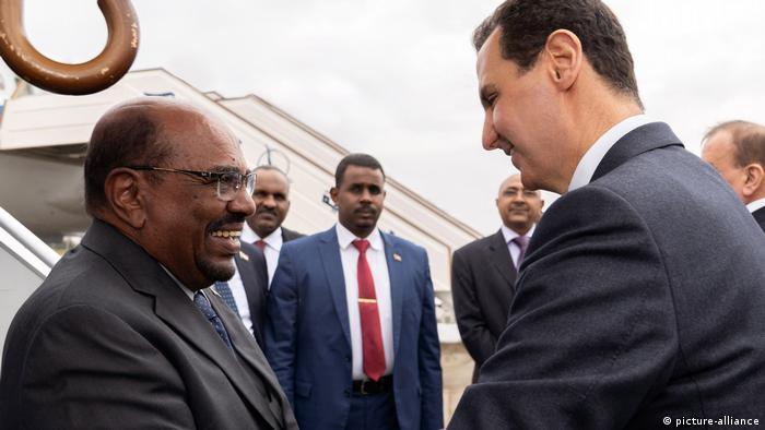 Der syrische Präsident Bashar Assad (rechts) schüttelt dem sudanesischen Präsidenten Omar al-Bashir in Damaskus, Syrien die Hand (picture-alliance)