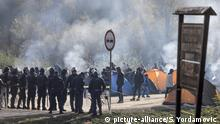 VELIKA KLADUSA, BOSNIA AND HERZEGOVINA - OCTOBER 25: Bosnian border police set up a barricade as migrants continue their waiting at the Maljevac border crossing between Bosnia and Croatia, to cross into neighboring Croatia, a member of the European Union, on October 25, 2018 near Velika Kladusa town in Bosnia and Herzegovina. Clashes between police officers and migrants, who attempt to break through the police barriers, continue at times and resulted in a number of injuries. Samir Yordamovic / Anadolu Agency   Keine Weitergabe an Wiederverkäufer.