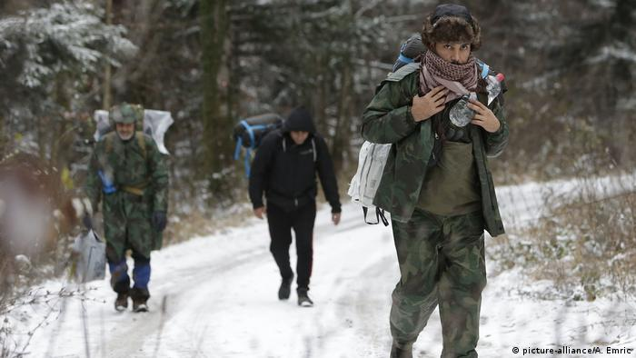 Migranten in Bosnien an der Grenze zu Kroatien (picture-alliance/A. Emric)