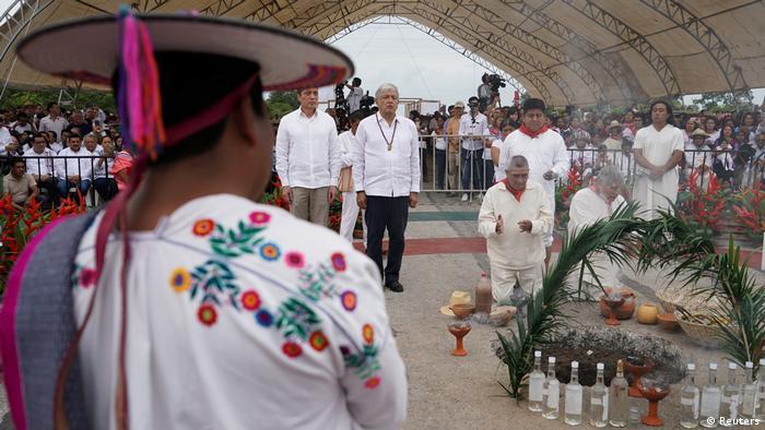 Zur Einweihung seines Megaprojekts Maya-Zug in Palenque, Chiapas, nimmt López Obrador an einer Zeremonie zu Ehren der Göttin der Erde teil.