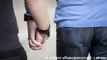 Männer-Paar hält Hände