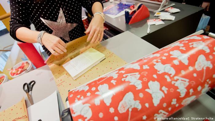 El papel de regalo solo vive unos pocos minutos debajo del arbolito de Navidad. Muy pronto se rompe y se tira.