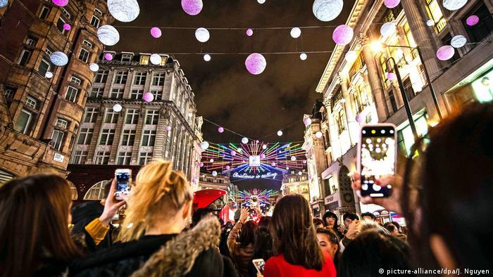 Weihnachtsbeleuchtung und Märkte weltweit London UK (picture-alliance/dpa/J. Nguyen)