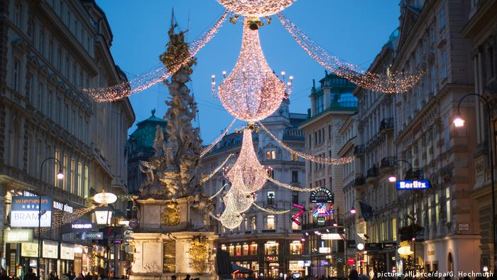 Weihnachtsbeleuchtung und Märkte weltweit Wien Österreich (picture-alliance/dpa/G. Hochmuth)