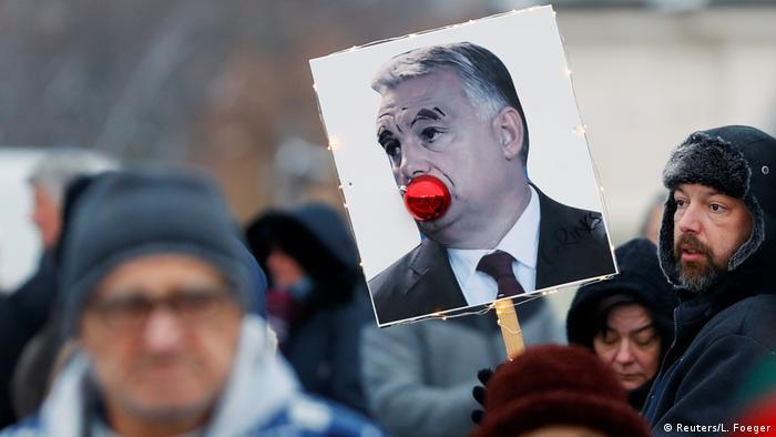 Transparent na kojemu je crvena loptica u ustima Orban na prosvjedima u Budimpešti