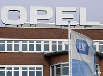 Флаг с логотипом GM у входа в завод Opel в Бохуме