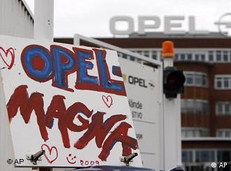 Плакат с надписью ''Opel Magna'' перед заводом Opel в Бохуме