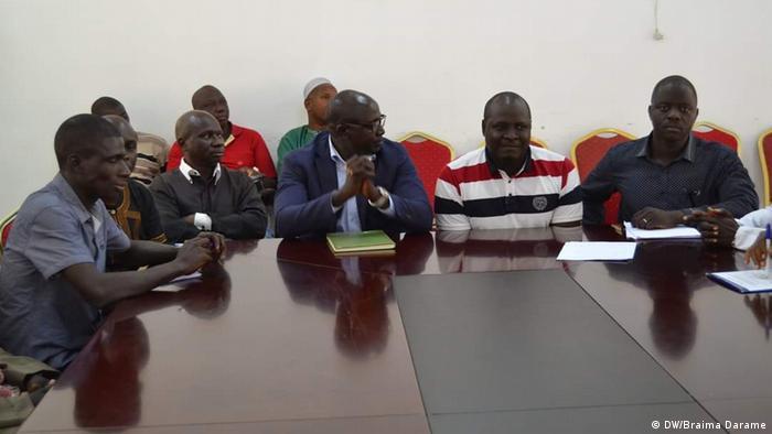 Präsident Guinea-Bissau José Mário Vaz mit Studenten und Lehrkräften (DW/Braima Darame)