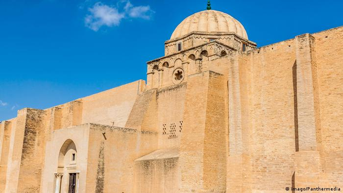 The Great Mosque of Kairouan, Tunisia, against a blue sky (Imago/Panthermedia)