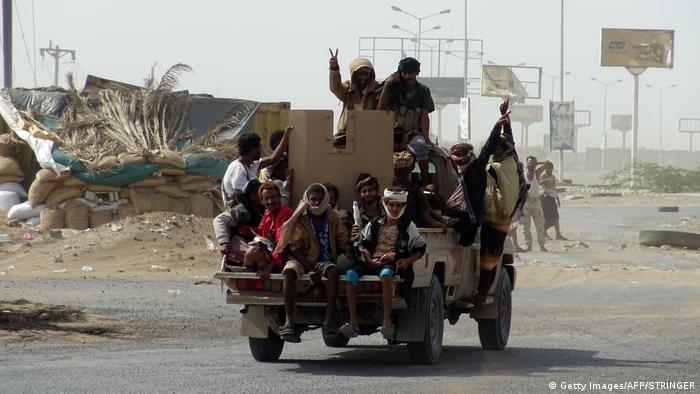 Jemen Regierungsfreundliche Kämpfer patroullieren in Hodeidah (Getty Images/AFP/STRINGER)