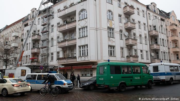 Police raid the As-Sahaba mosque in Berlin, Germany (picture-alliance/dpa/P. Zinken)