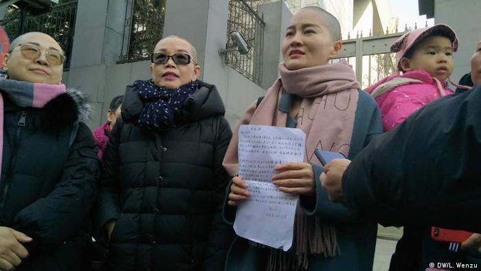 Protest China Peking Frauen rasieren sich aus Protest ihre Haare ab (DW/L. Wenzu)