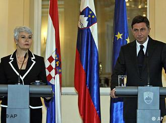 Slovenia's Prime Minister Borut Pahor, right, and his Croatian counterpart Jadranka Kosor