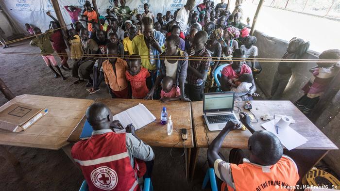 Durante mucho tiempo, Uganda era un país desgarrado por la guerra civil. Mientras tanto, la situación se ha estabilizado en comparación con otros Estados africanos. Para estos refugiados de Sudán del sur llegar a Kuluba significa seguridad. Cientos de miles de sudaneses han encontrado refugio en Uganda.
