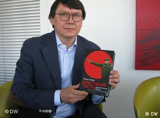 Рахат Алиев с книгой Крестный тесть, фото из архива