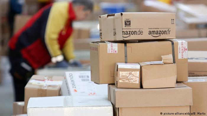 Amazon boxes for shipping (picture-alliance/dpa/B. Marks)