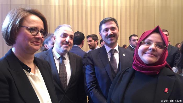 Uyumdan sorumlu Devlet Bakanı Widmann-Mauz, AKP İstanbul milletvekilleri Mustafa Yeneroğlu, Zafer Sırakaya ve Aile, Çalışma ve Sosyal Hizmetler Bakanı Zehra Zümrüt Selçuk.