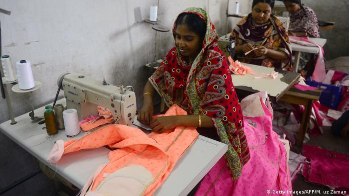 Bangladesch Textilfabrik Dhaka | Arbeiterinnen (Getty Images/AFP/M. uz Zaman)