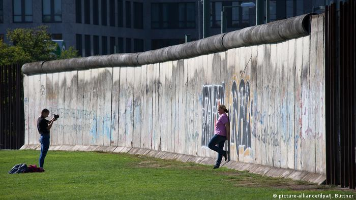 Deutschland Besucher in der Mauergedenkstätte in Berlin (picture-alliance/dpa/J. Büttner)