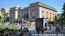 Zahlreiche Menschen halten sich am Sonntag (23.05.2010) vor dem Prado in Madrid (Spanien) auf. Der Prado ist eines der meistbesuchten Museen der Welt. Er beherbergt eine der bedeutendsten Sammlungen europäischer Kunst vom 12. bis zum 19. Jahrhundert. Foto: Andreas Gebert dpa/lby | Verwendung weltweit