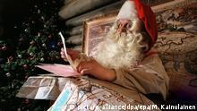 ARCHIV- Der finnische Weihnachtsmann, aufgenommen bei der Arbeit in Rovaniemi am 02.12.2000. Wo lebt der Weihnachtsmann? Dänische Kinder schicken ihre Weihnachtswünsche seit vielen Jahren nach Grönland. Doch diese Tradition könnte sich ändern. (zu dpa Dänischer Weihnachtsmann zieht von Grönland nach Finnland vom 23.12.2017) Foto: Martti_Kainulainen/epa/dpa +++(c) dpa - Bildfunk+++ |
