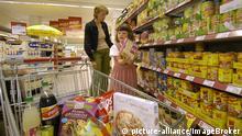 Mutter mit Kind beim Einkaufen in einem Supermarkt | Verwendung weltweit, Keine Weitergabe an Wiederverkäufer.