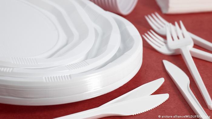 В ЕС достигли согласия по запрету одноразовых пластиковых пакетов и посуды