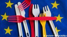 -HJK- Besteck aus Plastik ist am 28.05.2018 auf einer Europaflagge fotografiert. Die EU-Kommission plant ein Verbot von Plastikgeschirr. ---- plastic knife and forgs , European flag The EU commission plans to prohibit plastic objects.   Verwendung weltweit