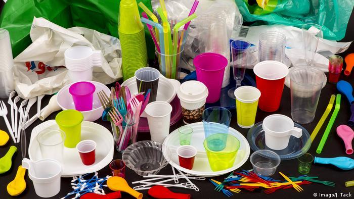 Einweggeschirr Plastikbesteck Plastikgeschirr Kunststoff Plastikbecher Plastiktüten (Imago/J. Tack)