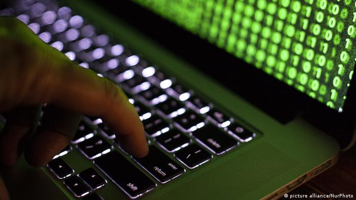 Экран и клавиатура компьютера во время хакерской атаки