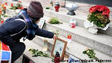 A woman placing a flower at Breitscheidplatz memrial (picture alliance/dpa/B. Pedersen)