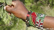 Kenia Hand einer Maasai mit Armband