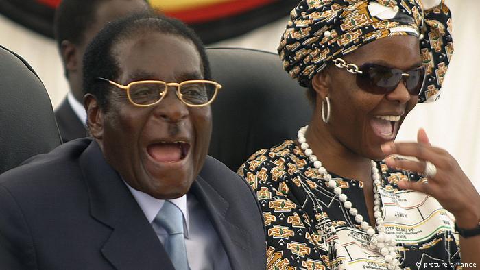 Mugabe e sua segunda esposa, Grace, em 2007