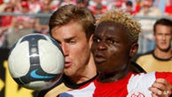 Zweikampf: Bance (re.) und Bengtsson (Foto: AP)