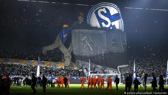 Fußball Bundesliga FC Schalke 04 - Bayer Leverkusen Choreographie (picture-alliance/dpa/I. Fassbender)