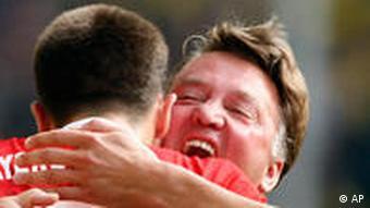 Erfolg verbindet: Ribery umarmt van Gaal (re.) (Foto: AP)