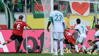 Der Leverkusener Rolfes (li.) schießt das 0:1. (Foto: dpa)