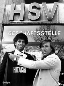 HSV-Manager Netzer kleidet Neuzugang Jimmy Hartwig ein (Foto: dpa)