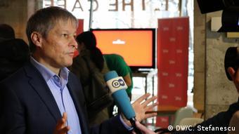 Ο επικεφαλής των Φιλελευθέρων Ντάτσιαν Τσιόλος δηλώνει ότι θα πρέπει να γίνουν επενδύσεις στην ιατρική έρευνα για να περιοριστεί η εξάρτηση από ασιατικές χώρες