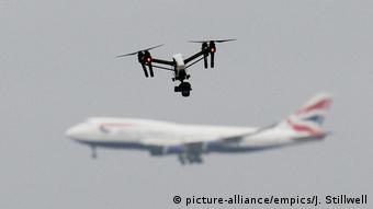 Дрон на фоне самолета