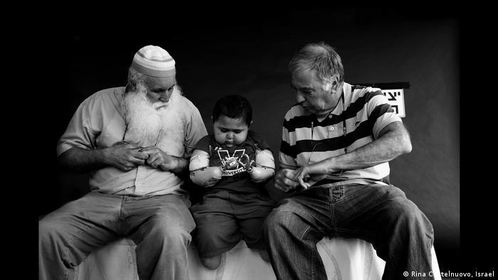 Garoto palestino com doença autimune ao lado de seu avô e um ativista israelense