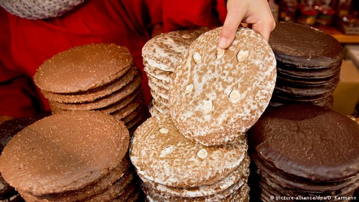 Nuermberg - close-up of Lebkuchen gingerbread on sale a the Christkindlesmarkt (picture-alliance/dpa/D. Karmann)