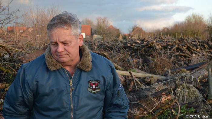 Biobauer Claus Blohm steht vor den gerodeten Überreste seiner Kirschbäume (Bild: DW/A. Limbach)